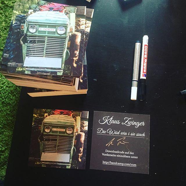 downloadkarten für die schallplatten während dem match beschriften :-) . . . #dl #download #lp #vinyl #schallplatten #schallplatte #signature #autogramm #austropop #dialekt #mundart #wien #burgenland #mönchhof #worldcup #musik #busywork