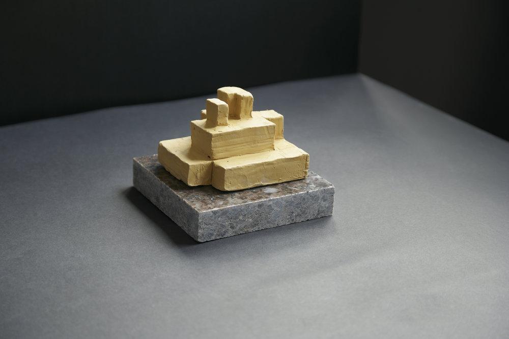 A2 skulptur i leire på sokkel Nina Torp.jpg