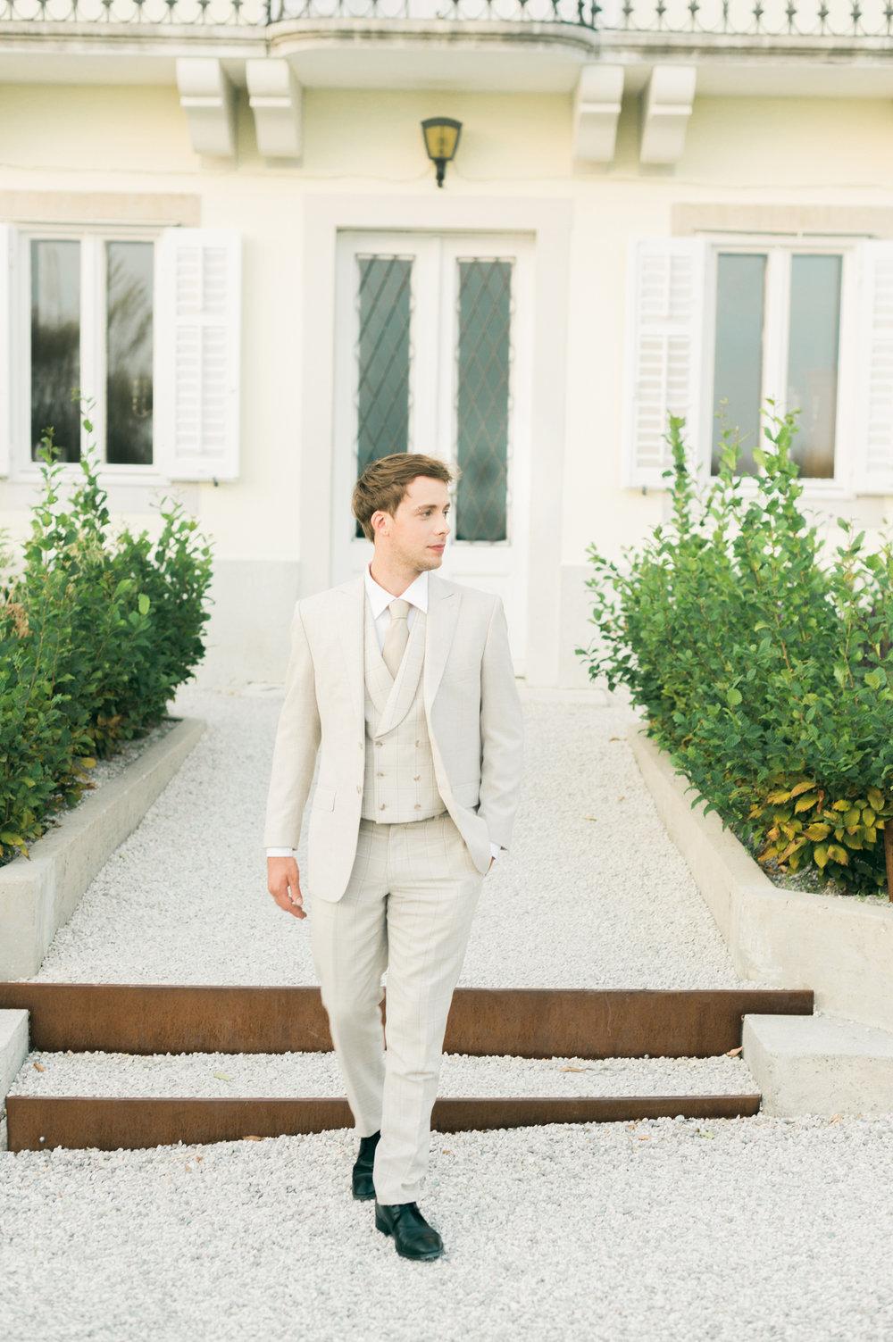 lo sposo, in un abito di Maura Brandino