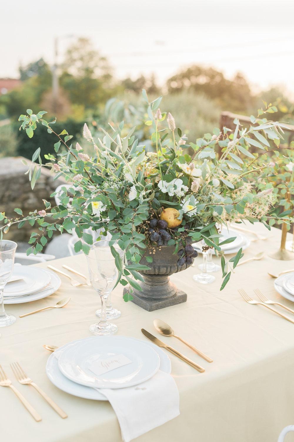 Allestimento tavola di Le Petit O, fiori di Fiorigrafia e segnaposto di Beautiful Letters