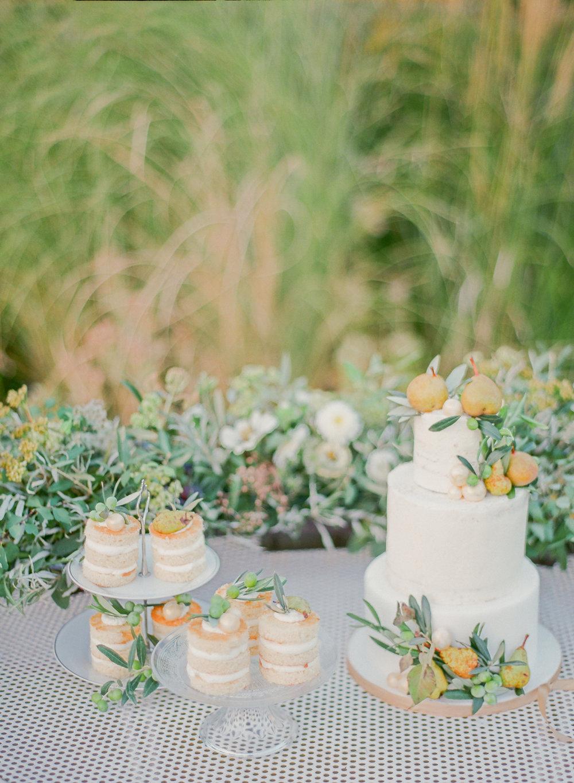 Torta e monoporzioni di Dolcissima Me, allestimento tavolo di Le Petit O e fiori di Fiorigrafia