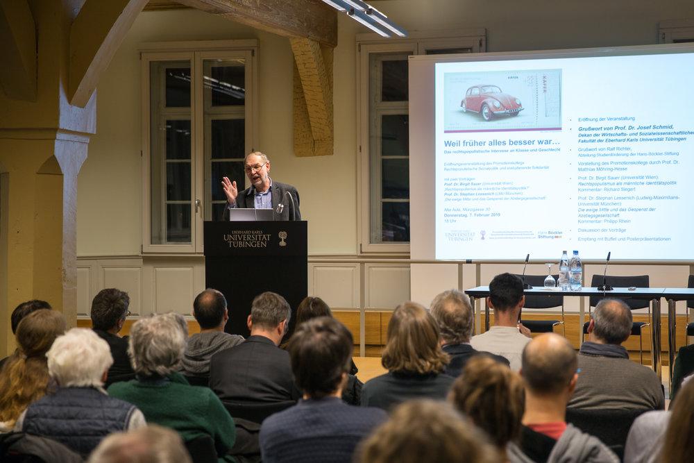 Josef Schmid, Dekan der WiSo-Fakultät, spricht ein Grußwort für die Universität.