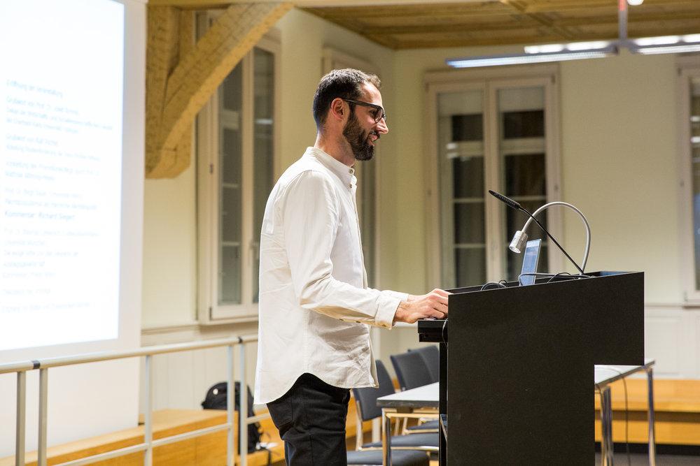Der Doktorand Richard Siegert kommentiert Birgit Sauers Vortrag.