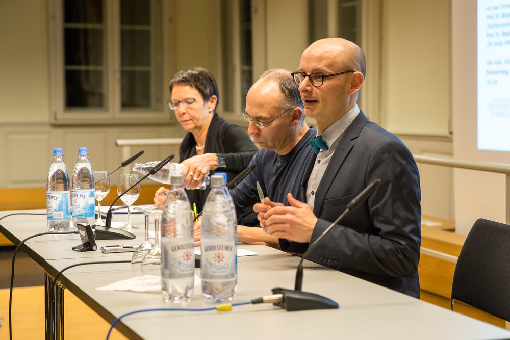 Floris Biskamp, Koordinator des Promotionskollegs, moderiert die Diskussion...