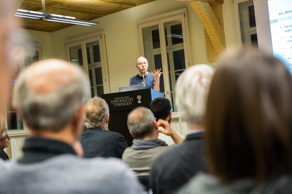"""Stephan Lessenich hat Zweifel an der Rede von der """"Mitte""""."""