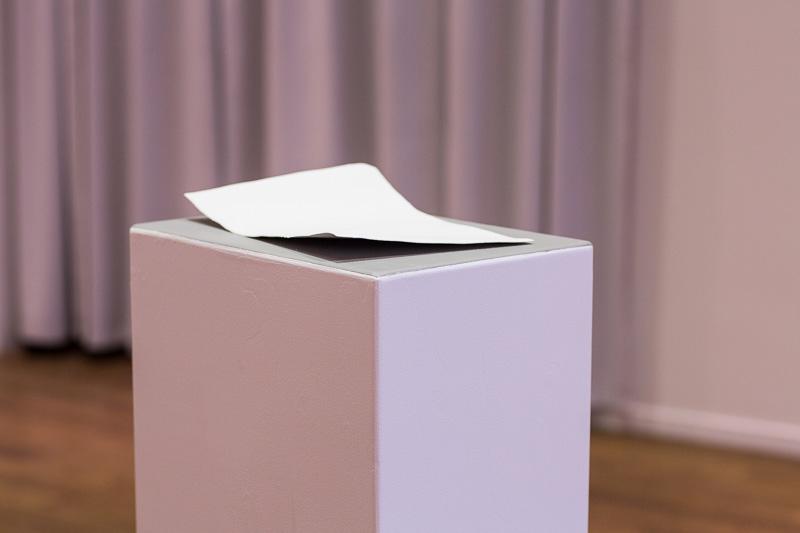 Duel, 2016. Gifsþynna, 21 x 29,7 cm. Ljósmynd Alex Sarkisian