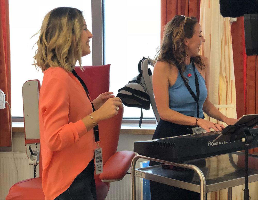 Floor Hansen (team Bedside Buskers Almere) en Brenda maken plezier in het Flevoziekenhuis