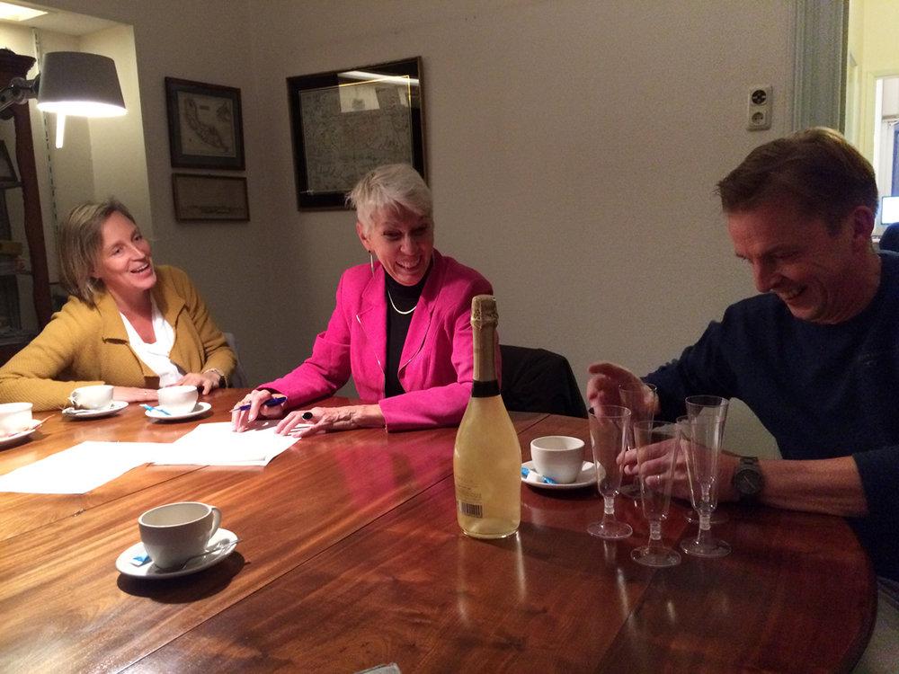 Ilse Hoogaars, Tineke Hirschler en Robert Willemsen bij Notaris Brummelhuis. Foto: Peter Kortleve