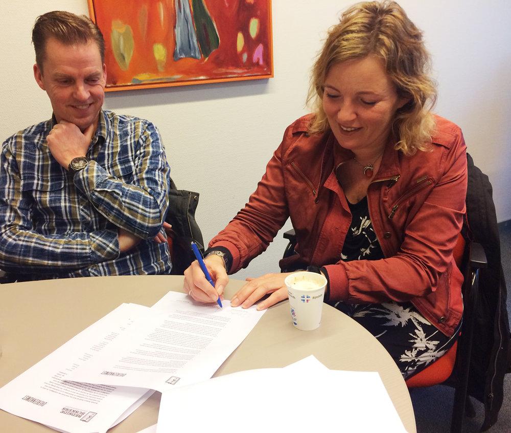 Renske ondertekent de overeenkomst (richtlijnen) van Bedside Buskers