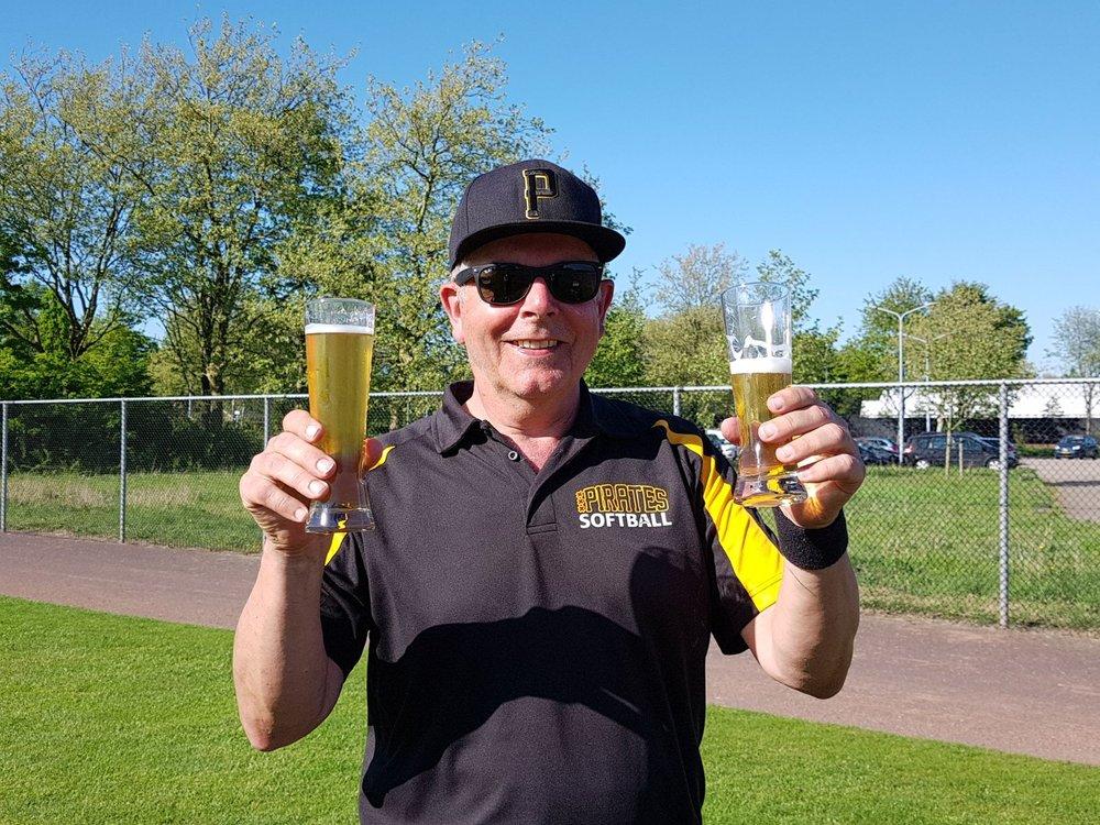 Coach Kees liever twee biertjes....