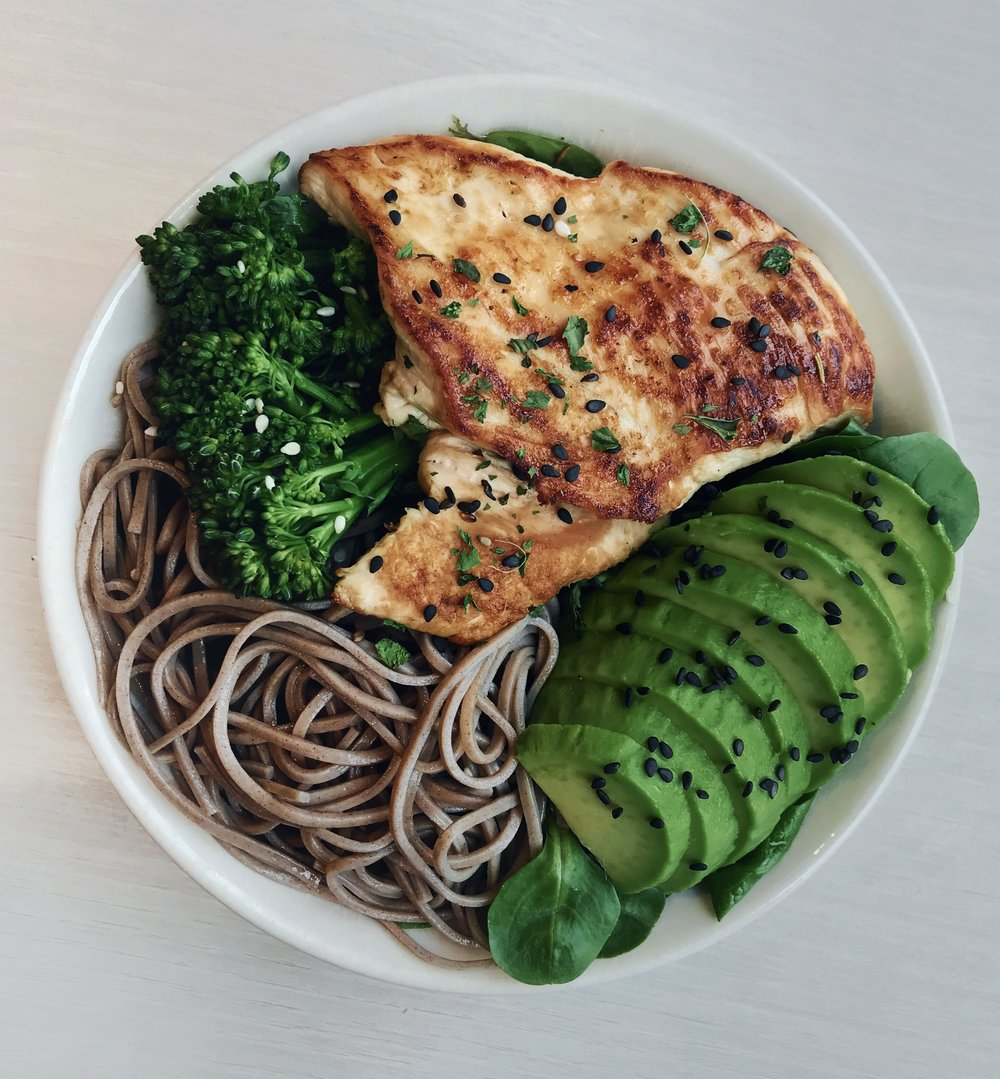 Grilled Herb Chicken, Noodles, Avocado & Broccolini - Grilled chicken (cooked in @terradelyssa_fr olive oil for a few minutes on each side and seasoned with cilantro) + soba noodles + @lagrandeepiceriesteamed broccolini + avocado slices + @naturalia_magasins_bio sesame seeds