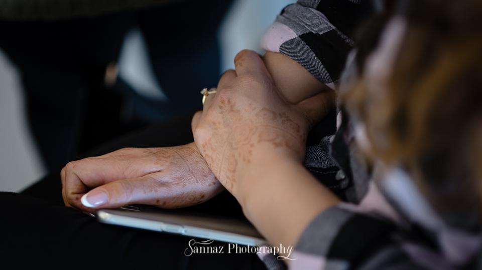 Bruid heeft Henna op haar handen, van het Henna feest (hennafeest)