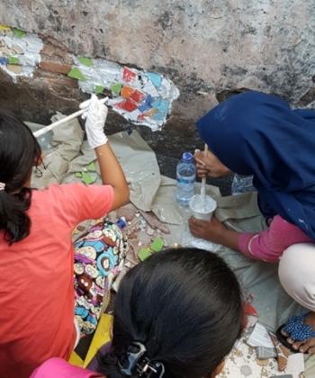 Mosaic workshop in Jakarta, Indonesia by Micro Galleries 2017. © Minna Valjakka.