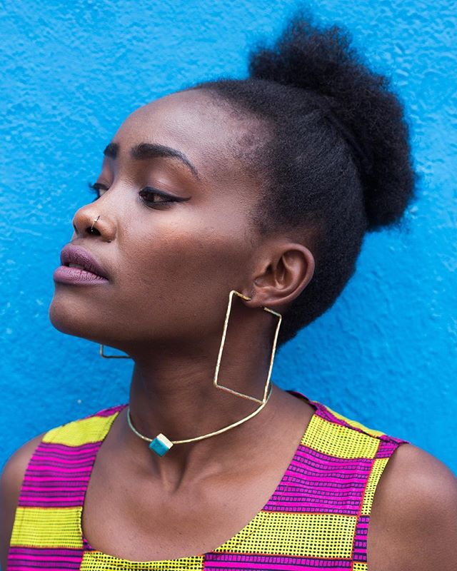 Only very few of these beautiful squared earrings left! Handcrafted from recycled material by our favorite Artisan: John Ogada. Get yours now online or at this weekends @africanfoodfestivalberlin. Be there of be square 😉. Model: @ek_africa 👑  Photographer: @ojwokphotography