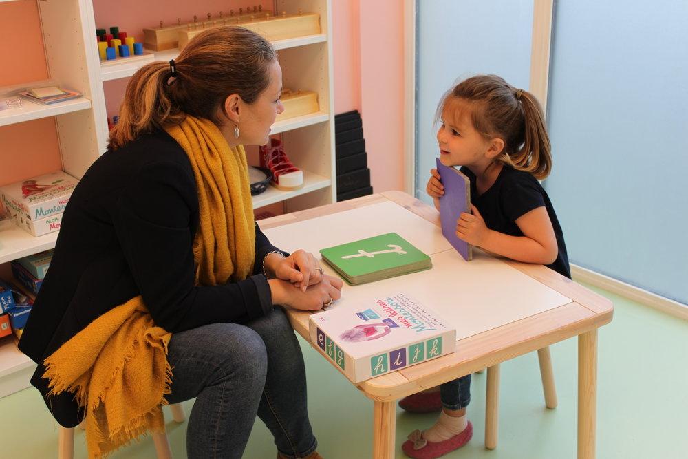 Mélodie Brochier-Batailly - Ce projet nait par son besoin d'apprendre et sa curiosité qui sont aussi des valeurs montessoriennes dans lesquelles elle se reconnait..Son pragmatisme l'amène à vouloir offrir aux enfants, une méthode d'apprentissage concrète.Son rôle est de s'assurer que la pédagogie mise en oeuvre chez LMO est alignée avec le monde d'aujourd'hui. Elle est garante du respect de nos valeurs.