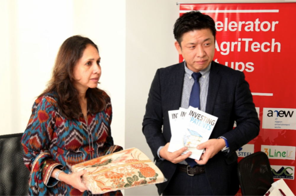 左から:Mrs. Deepikka Jindal(Chairperson, Jindal Stainless Foundation& MD JSL LifeStyle)、藤永裕二