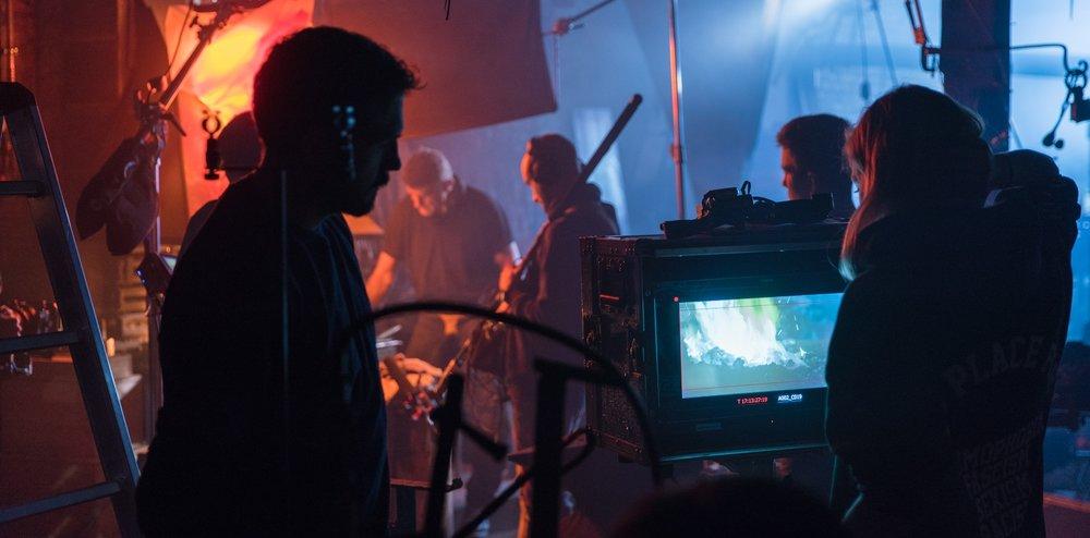 Als  Produktionsleiterin  plane zeitliche Abläufe, kontrolliere Budgets und helfe dir bei der kreativen Gestaltung des Filmes.