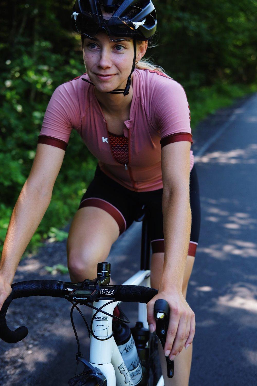 Justine Martel   Fondatrice de l'équipe, visage féminin officiel du Vélo Cartel et leader du groupe, Justine est le cerveau de notre équipe. De la planification des entraînements, jusqu'à l'organisation des événements, elle sait toujours où elle s'en va (c'est bien évidemment aussi vrai sur le vélo).    Strava       Instagram