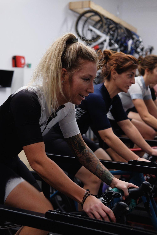 Dominique Lafrance   Impliquée dans le vélo de montage, dans la course à pied, nouvellement dans le ski et bien évidemment dans le vélo de route, Dominique sait rassembler les gens, donc briser les barrières qui les séparent les uns des autres. Elle sait mettre en confiance un groupe et rassurer les plus craintifs    Strava       Instagram