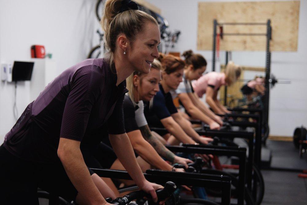 Sarah Bergeron-Larouche   Athlète de renommé nationale en course en sentiers ainsi qu'en raquette, Sarah est une athlète très complète qui saura inspirer plus d'une femme dans le monde du vélo. Sa discipline et sa persévérance font d'elle un membre important de l'équipe.    Strava       Instagram