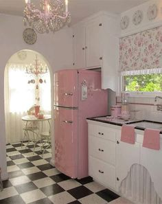 36. retro pink glam kitchen-decorateur chic.jpeg
