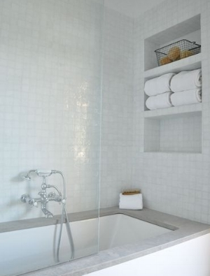 Deep Bathtub Niche with space for towels