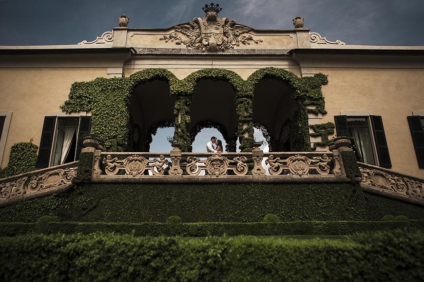 Couple posing under archest at Villa del Balbianello Wedding