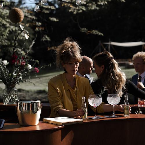 GIN & TONICS - De Gin & Tonic. Zijn goede humeur, gevarieerd smaakpalet, garnering en presentatie maken deze beroemde cocktail een graag geziene gast op feestjes.Drink een London Dry Gin met yuzu tonic, aardbei en zeekraal. Of neem een in vanille getrokken gin met pure tonic, een kaneelstokje en een schijfje mineola.We schenken zowel verschillende soorten gin als tonic.photo by: ElisabethChristina Photography