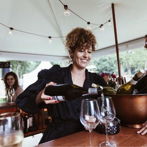 WIJN/CHAMPAGNE - Fris, kruidig of elegant? Dat tonen niet alleen in muziek voorkomen, proef je in onze rijk gevulde wijnbar. Geniet van de heerlijkste rode, witte en rosé wijnen.   Champagne, cava, prosecco en vermouth zijn optioneel bij te bestellen.Wil je verrast worden? Laat ons je lievelingstonen horen en wij selecteren wijnen die het beste aansluiten op jouw voorkeuren.photo by: Visual Perception Photography