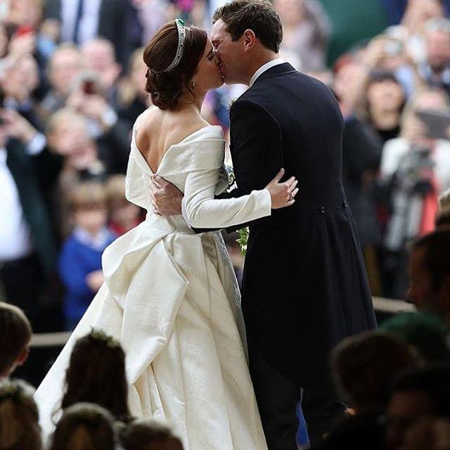 The tailoring, the neckline, a hark back to a bygone era of tailoring ... congratulations to HRH @princesseugenie & Jack Brooksbank 💕 • • • #RoyalWedding #Wedding #RoyalStyle #RoyalBride #Bride #BridalFashion #WeddingDress #WeddingPop #PopUPWedding #WeddingLove #Bride #TraditionalBride #UKWedding #WeddingInspo #Royals  Photo by: PA