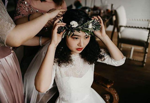 Feeling the autumn vibes and loving this headpiece by @posies_and_pots ... showing that florals crowns aren't just for summer 🌺 • • • #Bride #BrideStyle #ModernBride #ContemporaryBride #Bridal #BrideStyle #StylishBride #WeddingInspo #WeddingFlowers #Florals #WeddingFloralDetails #FlowerCrown #WeddingPop #PopUpWedding #Elopement #ElopementLove #Style #GlasgowWedding #EdinburghWedding #LondonWedding #AffordableWedding #StylishWedding 📸 Elaine Williams