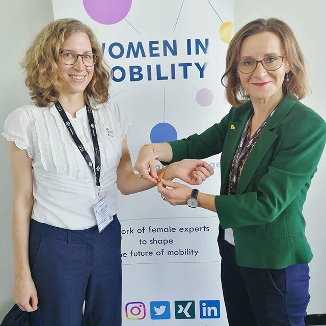 """Bei unseren Teilnehmerinnen des WiM Luncheon Gewinnspiels stand ein aufregender Punkt auf der InnoTrans Tagesordnung. Sigrid Nikutta, Vorstandsvorsitzende der Berliner Verkehrsbetriebe, übergab unseren Gewinnerinnen und Nachwuchsführungskräften das Women in Mobility #Empowerment Bändchen. """"In der Mobilitätsbranche ist Frau Nikutta für mich ein role model. Sie ist im kommunalen Bereich sehr präsent. Mit ihrer authentischen Art und Leidenschaft kämpft sie für Projekte im Verkehrsbereich und setzt diese auch um"""", erzählt uns Anne Rückschloß (Geschäftsbereichsleiterin Organisation bei der Verkehrsgesellschaft Frankfurt am Main mbH) nach dem Treffen mit Frau Nikutta. (Foto 1)  Andrea Seegmüller @frauseegns (Projektleiterin bei Evakon GmbH, Foto 2) und Julia Nickel (Projektleiterin bei der Transdev GmbH, Foto 3) sind ebenfalls von der WiM Empowerment Aktion begeistert und freuen sich über die persönliche Übergabe des Bändchens durch Frau Nikutta.  #womeninmobility #womenintransport #futureofmobility #innotrans #empowerment #womenempowerment #BVG"""