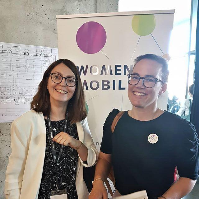Beim #WiMLuncheon auf der InnoTrans in Berlin hat Anke Erpenbeck, eine der drei Gründerinnen der #WomeninMobility, Katja Diehl das #Empowerment Armband überreicht.  Katja war 10 Jahre Pressesprecherin im Bereich Mobilität bei den Stadtwerken Osnabrück und ist aktuell auf der Suche nach einem  neuen Job - aber nicht irgendeinem Job, sondern einen, der sie begeistert und bei dem sie ihre Leidenschaft für die Mobilitätsbranche mit Menschen teilen kann, die gerne Verantwortung übernehmen und ihre Stärken vor allem im Team optimal entfalten können.  Katja ist Kommunikations- und PR-Expertin und wir drücken ihr die Daumen, dass sie bald ihren Traumjob findet. Vielleicht kann unser Netzwerk ihr dabei ja helfen? . . .  #Frauenpower #Vernetzung #KatjasuchtihrenTraumjob