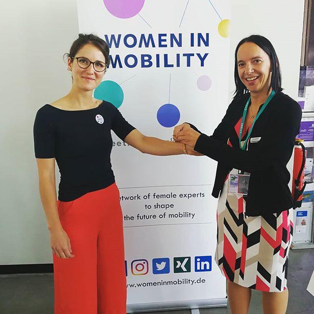 """Im Rahmen unseres WiM Luncheon Gewinnspiels und begleitend zu unserer #Empowerment Kampagne, sollten 5 Young Professionals und Nachwuchsführungskräfte die Chance erhalten, bei diesem Managerinnen-, Influencer- und Geschäftsführerinnengipfel starke Frauen aus der Mobilitätsbranche kennenzulernen und zu Netzwerken, was das Zeug hält!  Beatrice Lippus, Geschäftsführerin der Cyient GmbH, besuchte unsere fünf Gewinnerinnen noch vor Beginn des WiM Luncheons auf der InnoTrans und übergab der Masterabsolventin Lea Dabbert ein WiM Empowerment Bändchen. """"Wir glauben fest daran, dass wir unser Kunden-Credo """"Designing Tomorrow Together"""" durch Diversity und Inklusion erfolgreicher und innovativer in die Realität umsetzen, indem wir ein breiteres Spektrum an Ideen, Herangehensweisen, Fähigkeiten,… durch die Verschiedenartigkeit in den Teams fordern und fördern. Es ist mir aber auch ganz persönlich ein Anliegen in meiner Rolle in unserem Mobilitätssegment und als Geschäftsführerin der GmbH, junge Frauen für die Branche zu begeistern und die Diversity aktiv zu fördern"""", erläutert Frau Lippus.  @cyientlimited #womeninmobility #womenintransport #cyient #diversity #empowerment #womenempowerwomen #WiM #youngprofessionals #innotrans #WiMluncheon"""