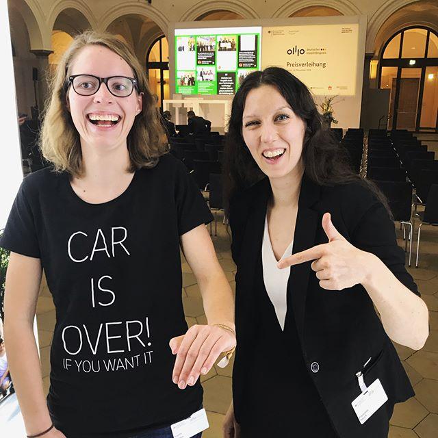 Auf dem #dmp18 übergibt Franziska Hauck @francied_f - Expertin für #Blockchain und #CommunityManagement - ein #Empowerment Band an Sophie Lattke vom Netzwerk #Fahrradfreundliches Treptow-Köpenick.  Sie ist Teil des Gewinnerteams Freie Lastenräder und arbeitet mit dem wielebenwir e.V. Daran, dass mehr #Lastenräder  kostenfrei geliehen werden können.  Mehr Informationen: Deutscher-mobilitätspreis.de/ebook2018  @land_der_ideen Twitter:@slattke @fahrradtk