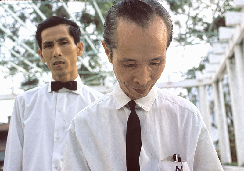 13-portraitsofvietnam-waiters.jpg
