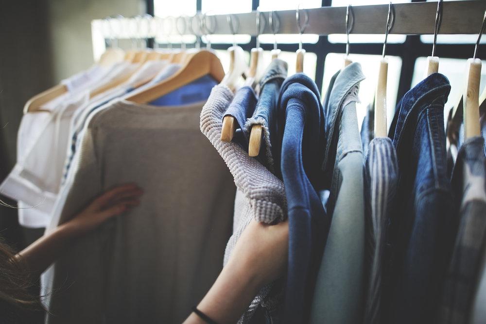 アパレル × シナリオ設計 - 色やデザインなどの好みに合わせたレコメンドが求められるアパレル。アクションデータより顧客ひとりひとりに合わせたシナリオを設計することで、効果的にレコメンドを届け来店・購買促進やリピーターの獲得を達成します。