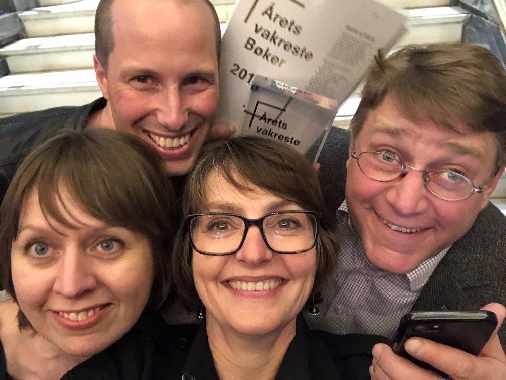 """Foto(selfie): Monna Nordhagen. Stolte vinnere av """"Årets vakreste bøker 2018"""" f.v. forfatter Kirsti Rogne, designer Vegard Jacob Aspelund, forfatter Monna Nordhagen, forlagsredaktør Sven Barlinn"""
