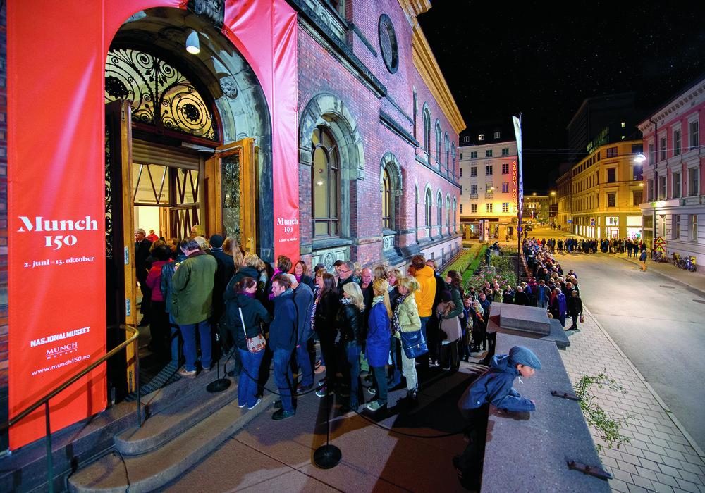 Nattåpent i Nasjonalgalleriet. Folk står i kø for å se jubileumsutstillingen Munch150 i 2013. Foto: Annar Bjørgli, Nasjonalmuseet.