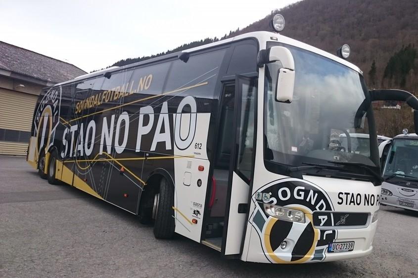 Regionbuss - Bussruter frå Oslo: Linje NX170 (Sogn og Fjordane-ekspressen) har fliere daglege avganger tur-retur Oslo-Sogndal.Bussruter frå Bergen: Linje NX450 (Sognebussen) har fleire daglege avganger tur-retur Bergen-Sogndal.Sjå www.nettbuss.no for meir informasjon.