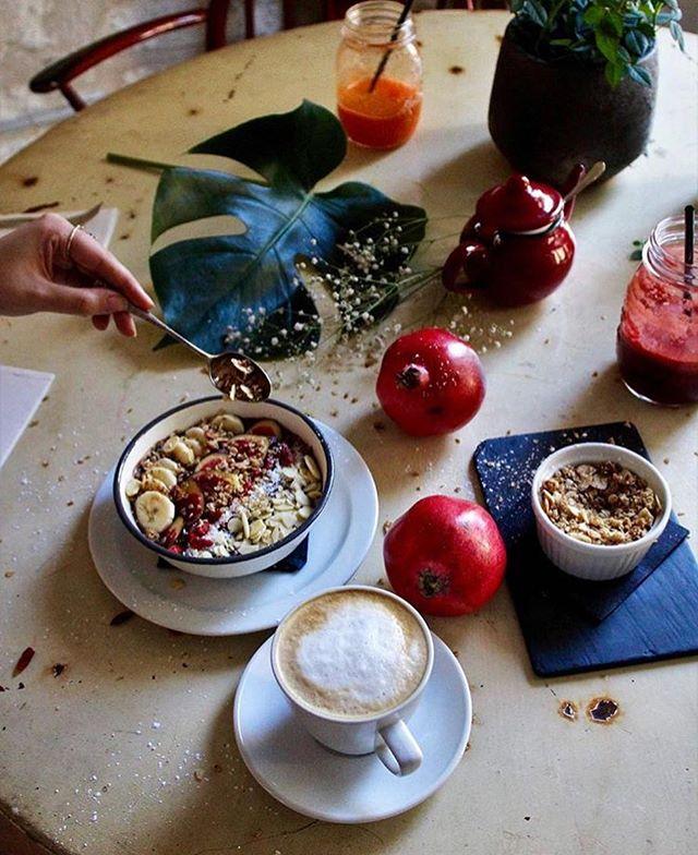 📸 @oliviarosebcn makes BREAKFAST more fun ❤️☕️ #acaibowl #juice #healthybrunch