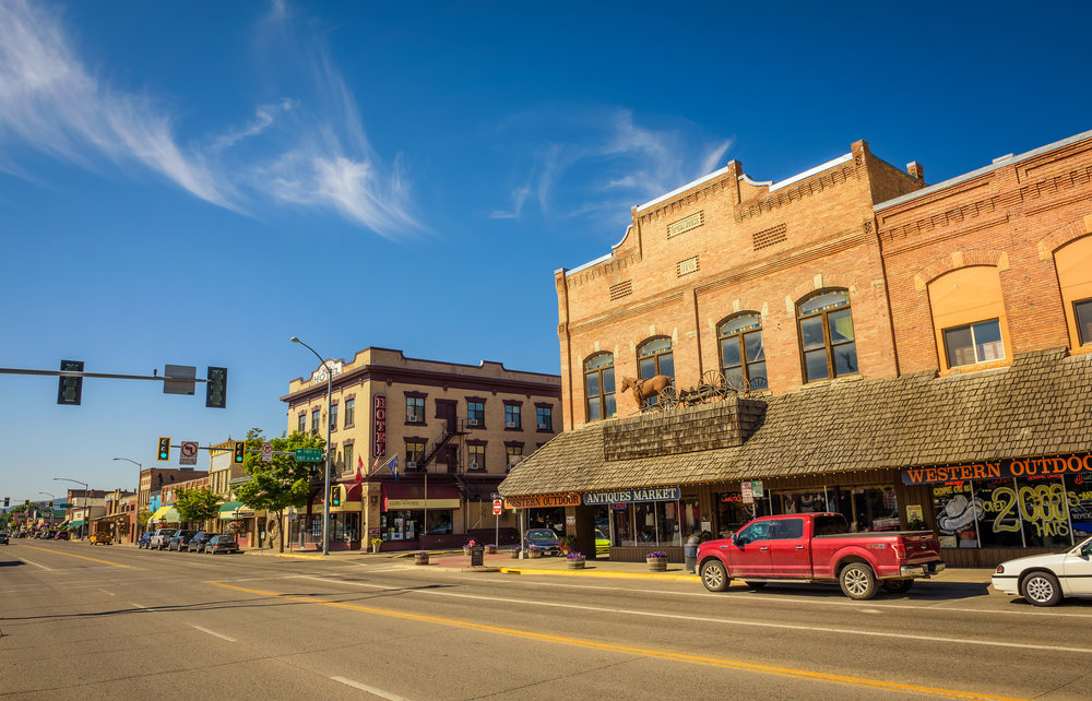 Street-view-with-stores-and-hotels-in-Kalispell,-Montana-841680714_4993x3204.jpeg