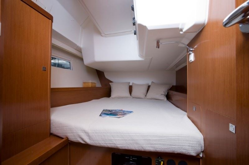 Aft cabin - queen size bed.