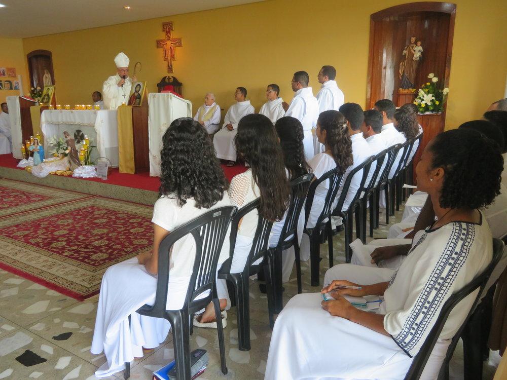 Dom Alberto Taveira se dirige aos jovens durante a homilia