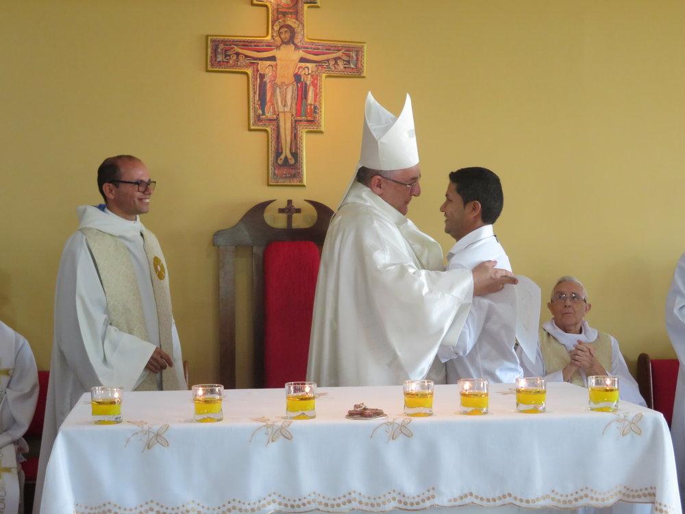 Dom Alberto entrega o certificado de conclusão do Ano Sabático
