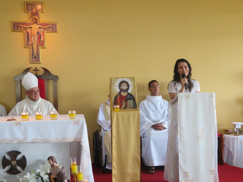 A jovem Larissa, durante a ação de graças, anuncia o seu discernimento após a Escola de Evangelização