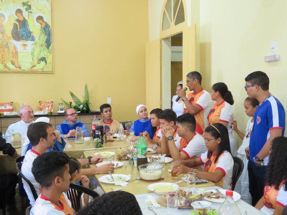 Odinaldo e Goreth testemunhando no almoço após a missa