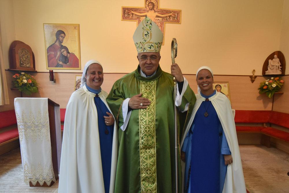 Ir. Maria Sarah e Ir. Catarina (responsáveis pela Casa São Francisco de Sales) com o Cardeal Tempesta