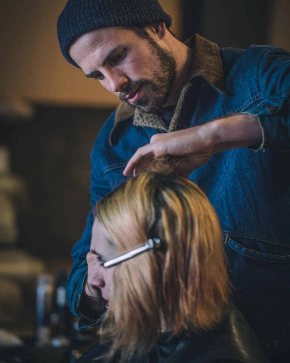 Joshua Coombes - is a British hairstylist who started up #DoSomethingForNothing. He has been working with homeless communities around the world, offering free haircuts. This initiative originally began in 2015, in London. His desire, quite simply, was to positively impact people's lives in the present day, telling their stories on his Instagram channel. Do Something For Nothing is a movement that connects, encourages and inspires other people to carry out small acts of kindness according to their particular skill, passing it on to those who have nothing.