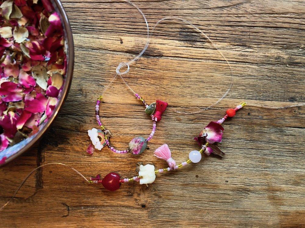 Armband aus mitgebrachten Perlen, mit Wünschen gesegnet